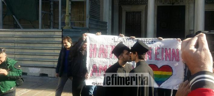 Διαμαρτυρία ομοφυλοφίλων: Ντύθηκαν παπάδες και άρχισαν να φιλιούνται έξω από τη Μητρόπολη -Ενταση με περαστικούς [εικόνες & βίντεο]
