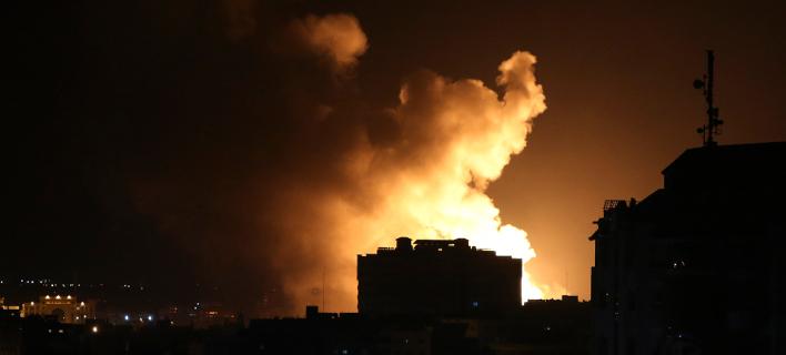80 στόχους τους Χαμάς λέει ότι έπληξε τη νύχτα η ισραηλινή πολεμική αεροπορία στη Γάζα (Φωτογραφία: AP /Adel Hana)
