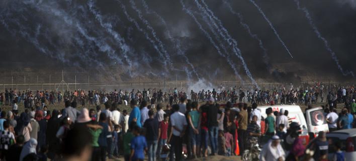Ισραηλινοί στρατιώτες ρίχνουν δακρυγόνα σε Παλαιστίνιους (Φωτογραφία: AP/ Khalil Hamra)