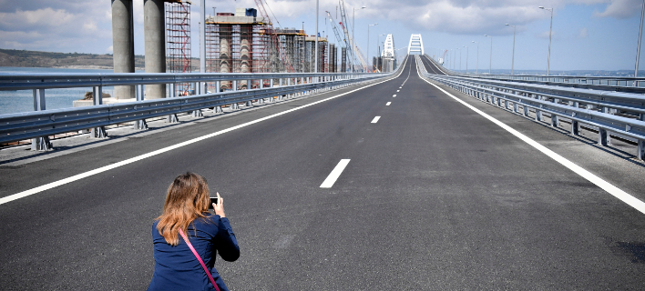 Η γέφυρα που που συνδέει τη Ρωσία με τη χερσόνησο της Κριμαίας (Φωτογραφία: Alexander Nemenov/Pool Photo via AP)