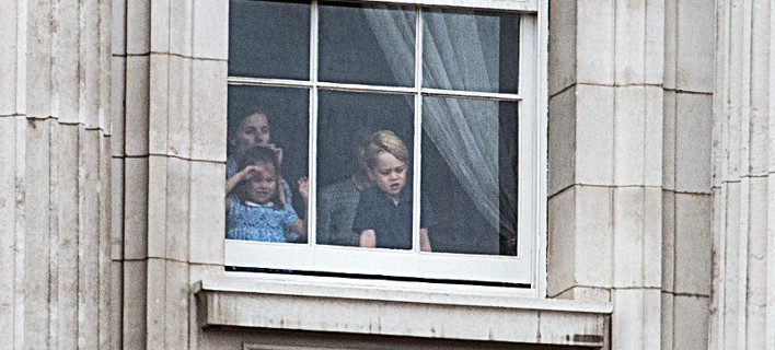 Τζορτζ και Σάρλοτ, πίσω από τις κουρτίνες, στα παράθυρα του παλατιού, βλέπουν κρυφά τις επιδείξεις με τα αεροπλάνα [βίντεο]