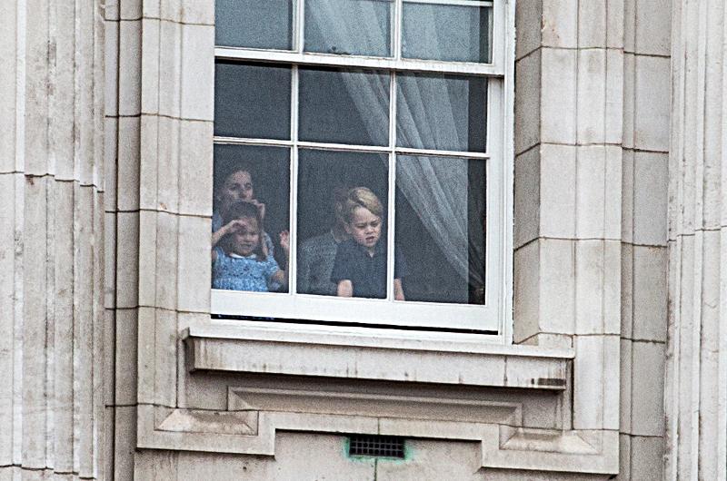 Από ένα παράθυρο παρακολούθησαν το υπερθέαμα ο Τζορτζ και η Σάρλοτ. Φωτογραφία: Splash News