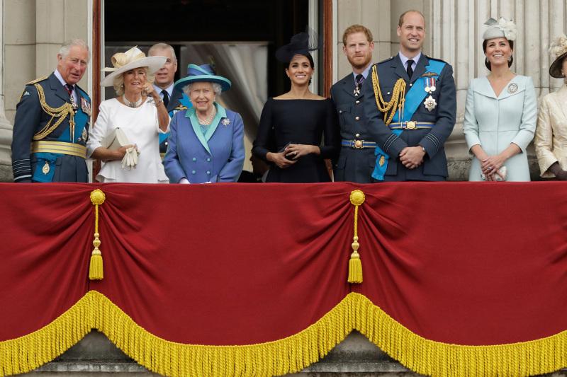 Η βασιλική οικογένεια παρακολουθεί το εντυπωσιακό θέαμα. Φωτοραφία: AP
