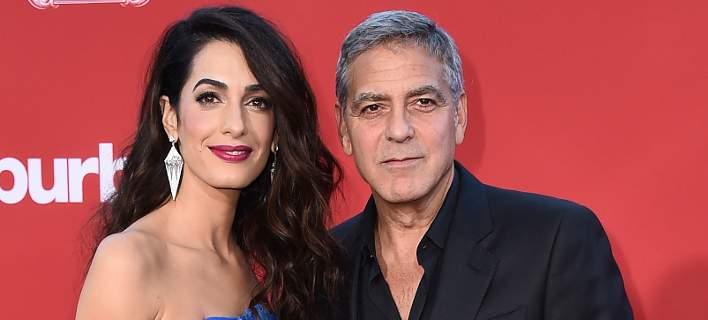 Ο Τζορτζ Κλούνεϊ με τη σύζυγό του Αμάλ. Φωτογραφία: Jordan Strauss/Invision/AP