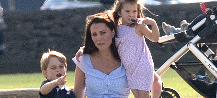 Τζορτζ και Σάρλοτ με την μητέρα τους Κέιτ, σε βόλτα. Φωτογραφία: Splash News
