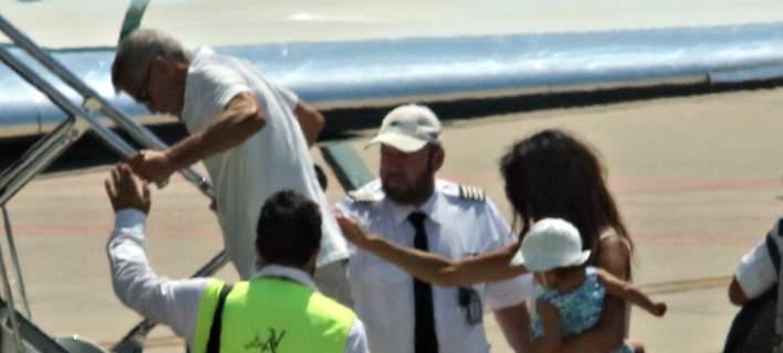 Ο Τζορτζ Κλούνεϊ την ώρα που επιβιβάζεται στο αεροπλάνο. Φωτογραφία: Splash News