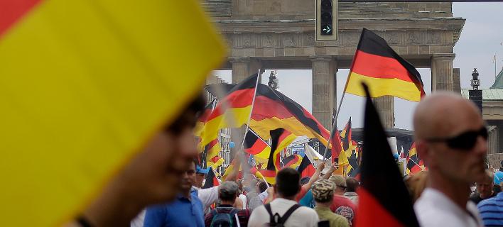 Γερμανοί με σημαίες της χώρας τους/Φωτογραφία: ΑΡ