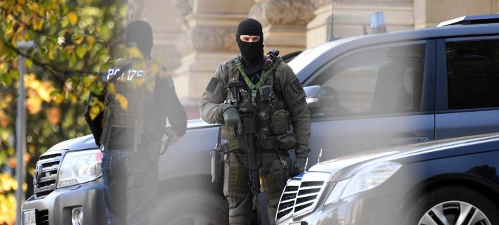 Άνδρες της αντιτρομοκρατικής έξω από το ομοσπονδιακό δικαστήριο στην Καρλσρούη, που διέταξε την έφοδο (Φωτογραφία: ΑΡ)