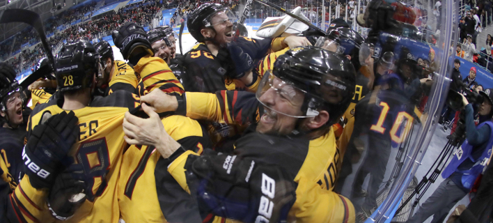 Πανηγυρίζουν οι Γερμανοί μετά τη νίκη (Φωτογραφία: AP/ Julio Cortez)