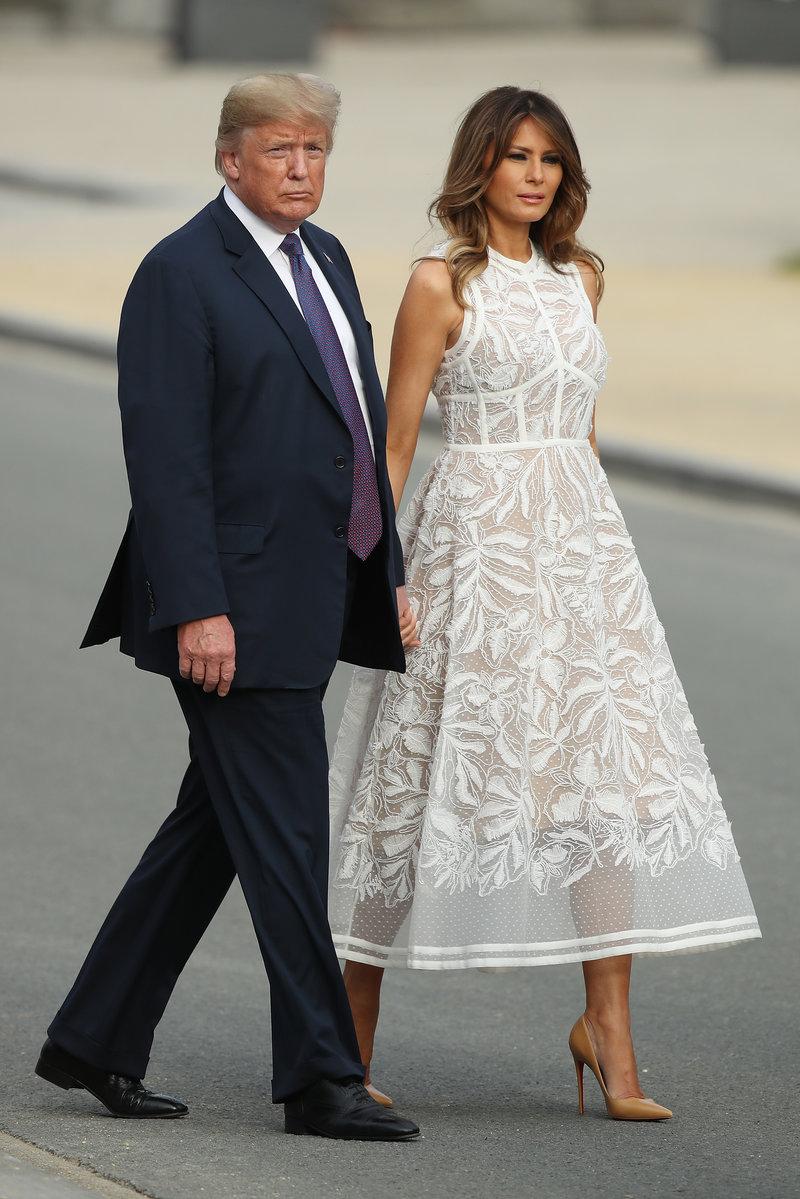Η εντυπωσιακή Μελάνια με το ημι-διάφανο φόρεμά της, πλάι στον Ντόναλντ Τραμπ