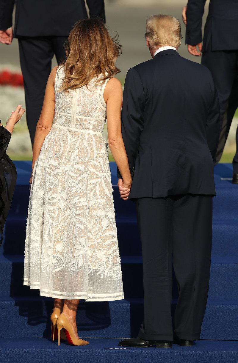 Από τις ελάχιστες φορές που η Μελάνια Τραμπ κράτησε δημοσίως το χέρι τους συζύγου της