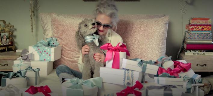 Πώς να τυλίξετε κομψά τα δώρα των Χριστουγέννων μέσα σε 30 δευτερόλεπτα χωρίς χαρτί [βίντεο]