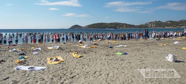 Ψαλμωδίες και τελετουργικά σε παραλία στην Ανάβυσσο -«Βαπτίστηκαν» 100άδες γιόγκι [εικόνες]