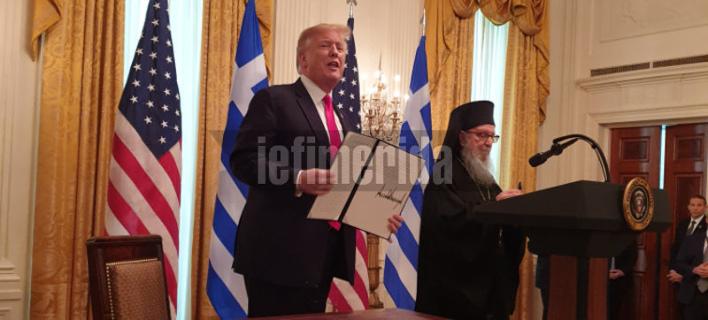 Ο Ντόναλντ Τραμπ και ο αρχιεπίσκοπος Αμερικής