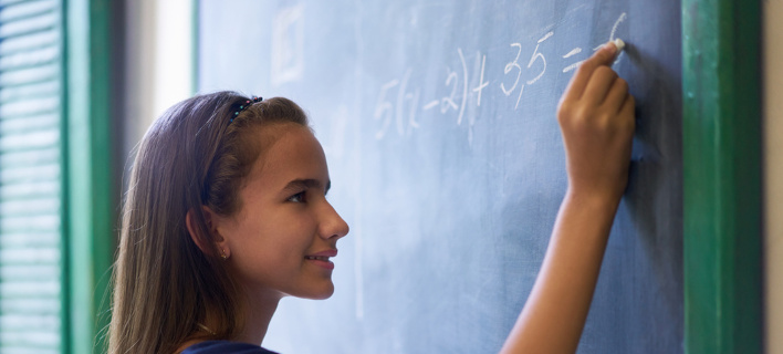 Κορίτσι στον πίνακα. Φωτογραφία: Shutterstock/Diego Cervo