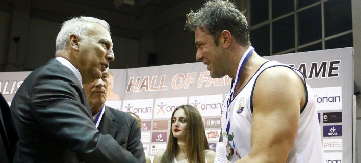 Ο Χρήστος Χολίδης παίρνει μετάλλιο από τον Νίκο Γκάλη (Φωτογραφία:  ΘΑΝΑΣΗΣ ΔΗΜΟΠΟΥΛΟΣ / EUROKINISSI)