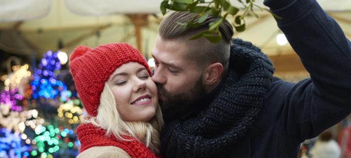 Η παράδοση με το φιλί κάτω από το γκι (Φωτογραφία: Shutterstock)