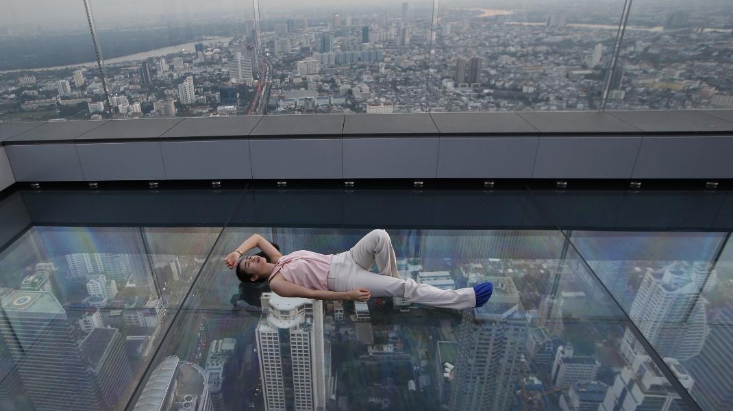 Απαγορευτική στάση ξεκούρασης για υψοφοβικούς: Στην κορυφή του ψηλότερου κτιρίου της Μπανκόγκ -Φωτογραφία: AP Photo/Sakchai Lali