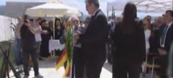 Η στιγμή που ο Γλέζος παραμερίζει την Ζωή και πιάνει από το χέρι τον Γερμανό πρέσβη για να καταθέσει στεφάνι [βίντεο]