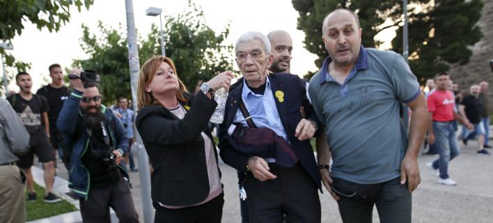 Η Καλυψώ Γούλα δίπλα στον Γιάννη Μπουτάρη όταν δέχθηκε επίθεση από φανατισμένους διαδηλωτές- φωτογραφία intimenews