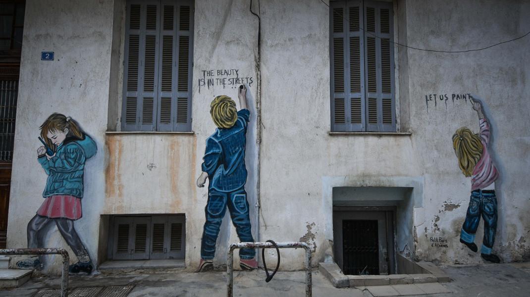 «Η ομορφιά βρίσκεται στους δρόμους» -Γκράφιτι σε σπίτι στην πλατεία Καραϊσκάκη -Φωτογραφία: EUROKINISSI/ΤΑΤΙΑΝΑ ΜΠΟΛΑΡΗ