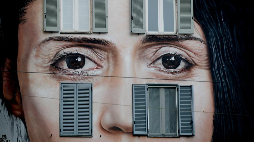 Εκπληκτικό γκράφιτι σε τοίχο του Μιλάνου απεικονίζει την performance artist Μαρίνα Αμπράμοβιτς -Φωτογραφία: AP Photo/Luca Bruno