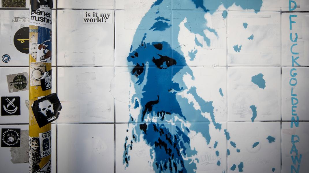 Γράφιτι για τον Τζίμη Πανούση στο κέντρο της Αθήνας -Ολη η Ελλάδα στο πρόσωπό του -Φωτογραφία: EUROKINISSI/ΣΩΤΗΡΗΣ ΔΗΜΗΤΡΟΠΟΥΛΟΣ