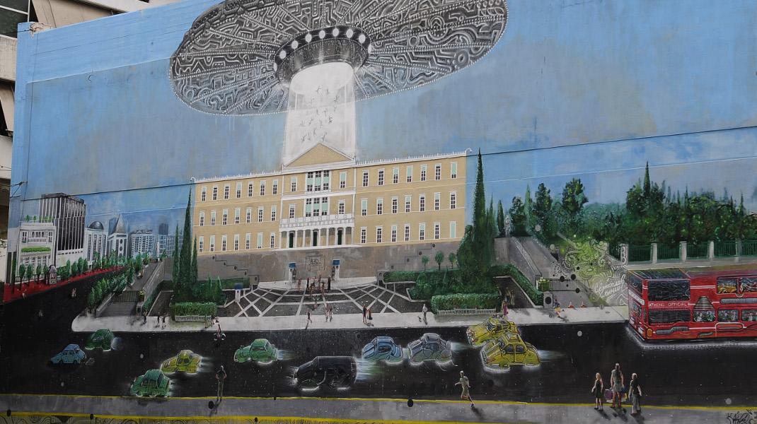 Εντυπωσιακό γκράφιτι: Εξωγήινοι... απαγάγουν τους βουλευτές από το ελληνικό κοινοβούλιο