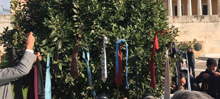 Η επανάσταση της γραβάτας ξεκίνησε -Δικηγόροι κατά κυβέρνησης: «Να δούμε στο ελικόπτερο ποιός θα πρωτομπεί» [εικόνες]