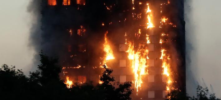 72 άνθρωποι έχασαν τις ζωές τους στην πυρκαγιά στον πύργο Γκρένφελ του δυτικού Λονδίνου στις 14/06/2017 (Φωτογραφία: ΑΡ(AP Photo/Matt Dunham)