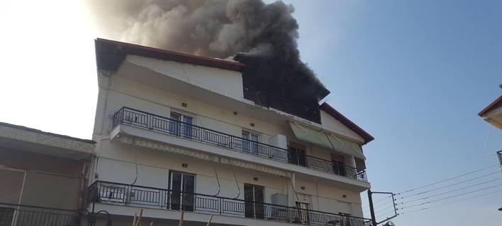 Φωτιά σε πολυκατοικία στα Γρεβενά/ Φωτογραφία: grevenamedia
