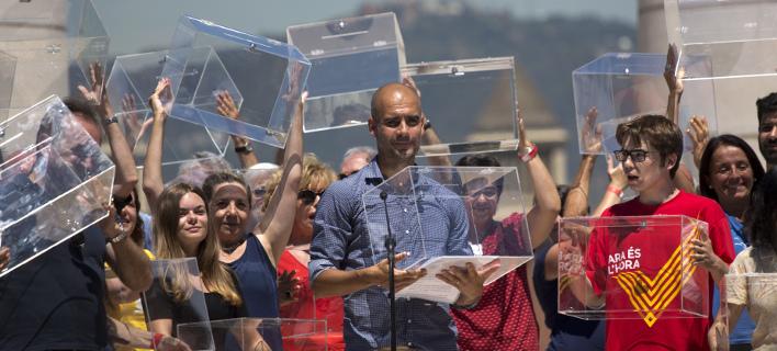 Η παρουσία του Γκουαρντιόλα σε αυτή τη συγκέντρωση τον βάζει σε μπελάδες (AP/ Emilio Morenatti)