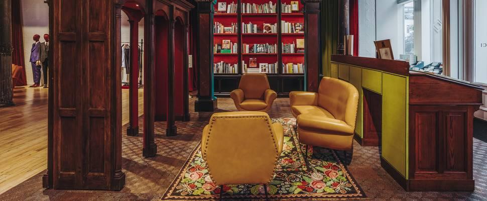 56c5d02ec2 Το βιβλιοπωλείο υπόσχεται μία πλήρη και ξεχωριστή εμπειρία με τη σφραγίδα  και την αισθητική του οίκου