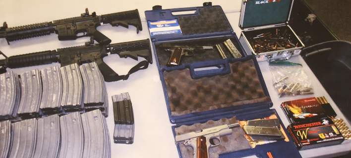 Αυτά τα όπλα βρέθηκαν στο σπίτι του 17χρονου (Φωτογραφία: ΑP/ Mike Balsamo)