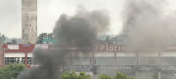 Ισχυρές αστυνομικές δυνάμεις προσπαθούν να απωθήσουν τους υποστηρικτές του γκουρού /Φωτογραφία: (AP Photo)