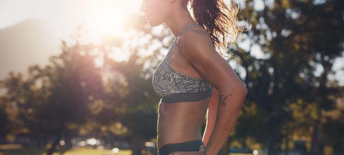 Μια γυναίκα κάνει γυμναστική στη φύση, Φωτογραφία: Shutterstock/ By Jacob Lund