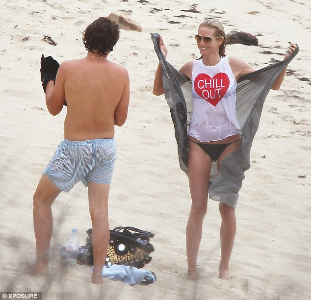 Η Χάιντι Κλούμ ερωτοτροπεί φορώντας ένα βρεγμένο μπλουζάκι [εικόνες]