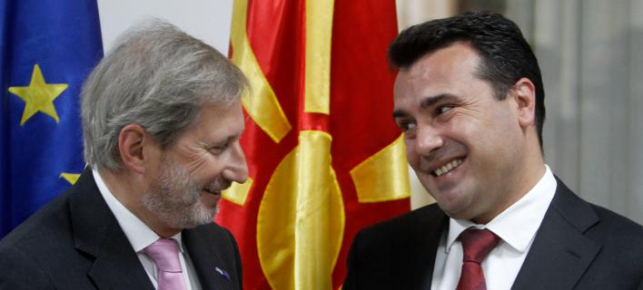 Ο Γιοχάνες Χαν (αριστερά) με τον Ζόραν Ζάεφ (δεξιά) -Φωτογραφία: AP Photo/Boris Grdanoski