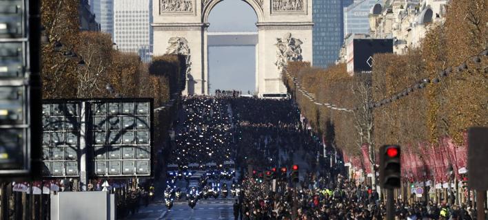 Οι Γάλλοι αποχαιρετούν τον Τζόνι Χαλιντέι (Φωτογραφία: ΑΠΕ/  EPA/ETIENNE LAURENT)