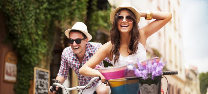 Ζευγάρι κάνει βόλτα χαρούμενο /Φωτογραφία: Shutterstock