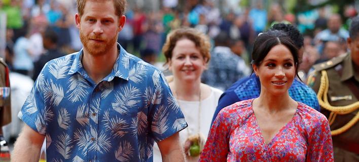 Ο Χάρι και η Μέγκαν με πολύχρωμα ρούχα στα νησιά Φίτζι. Φωτογραφία: AP