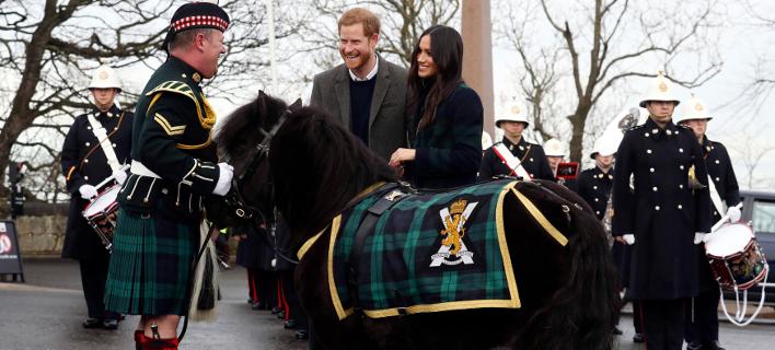 Ο πρίγκιπας Χάρι και η Μέγκαν Μαρκλ στην επίσημη επίσκεψή τους στο Εδιμβούργο. Φωτογραφία: AP
