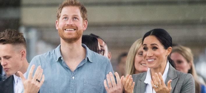 Ο πρίγκιπας Χάρι εθεάθη με ένα νέο μαύρο δαχτυλίδι. Φωτογραφία: Splash News