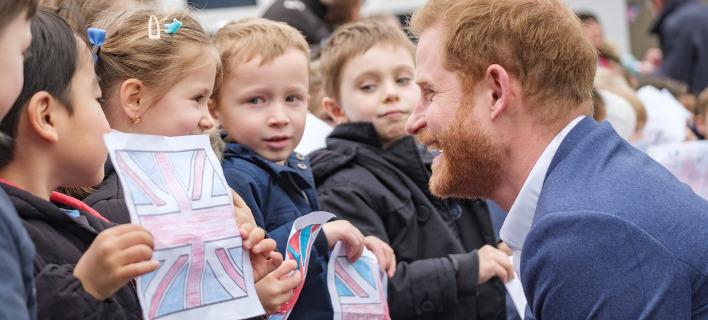 Ο πρίγκιπας Χάρι συνομιλώντας με παιδιά. Φωτογραφία: Twitter