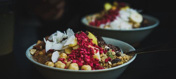 Μπωλ με φρούτα και ξηρούς καρπούς /Φωτογραφία: unsplash/Arek Adeoye