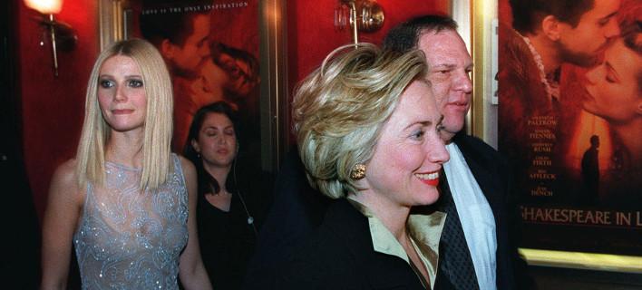 Η Χίλαρι Κλίντον, ο Χάρβεϊ Γουάινστιν και πίσω τους η ηθοποιός Γκουίνεθ Πάλτροου που έχει καταγγείλει τον παραγωγό για σεξουαλική παρενόχληση σε φωτογραφία του 1998 (Φωτογραφία αρχείου: ΑΡ)