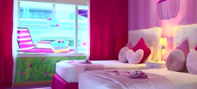 Το Hilton πρωτοτυπεί: Μετέτρεψε δωμάτιο σε σπίτι της Barbie -Ουρά για τις κρατήσεις [βίντεο]