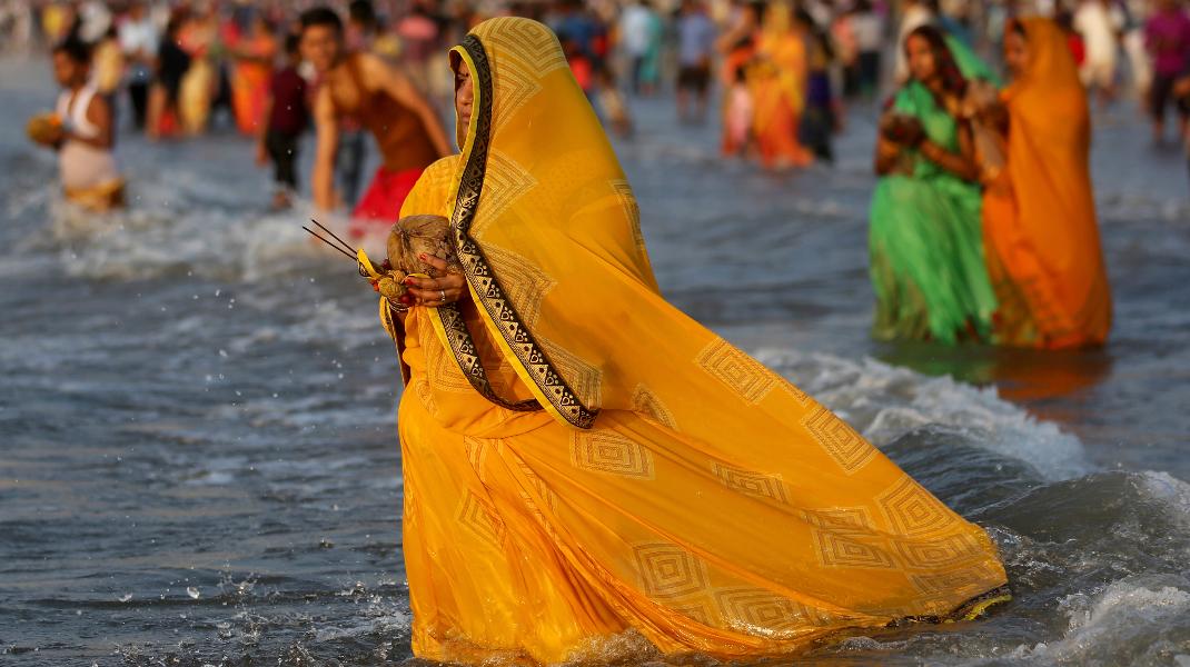 Το αρχαίο φεστιβάλ Χιντού στο Μουμπάι της Ινδίας -Φωτογραφία: AP Photo/Rafiq Maqbool