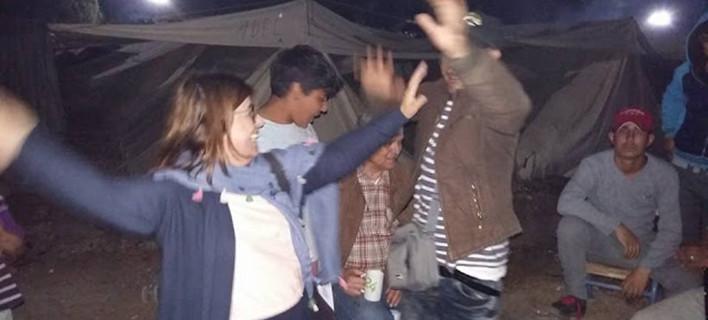 Βουλευτής του ΣΥΡΙΖΑ... το έριξε στο χορό με πρόσφυγες σε καταυλισμό [εικόνες]