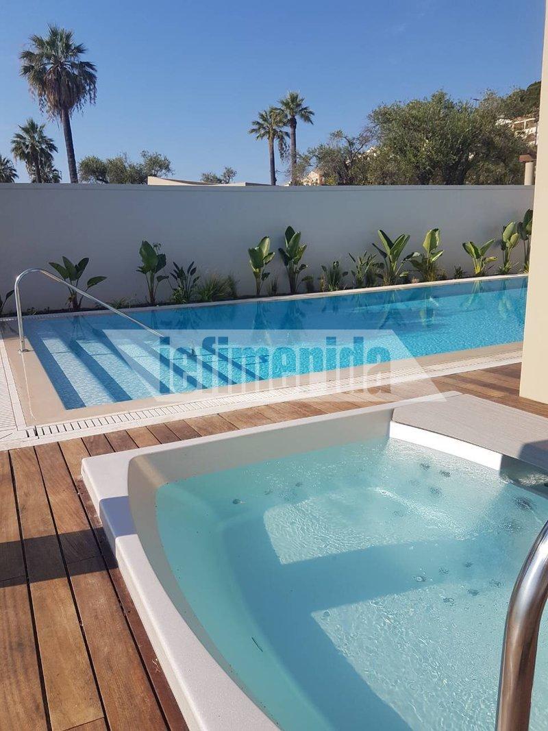 Η ιδιωτική πισίνα και το τζακούζι στο εξωτερικό